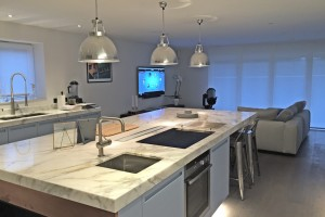 Kitchen with white worktop and pendant lamps